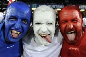 trio hommes bleus blancs rouges